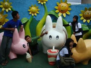 Ini teman-teman saya, berpose bersama dengan kelinci lucu