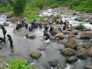 Bersihkan diri di sungai