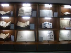 Koleksi buku-buku lama di Pustaka