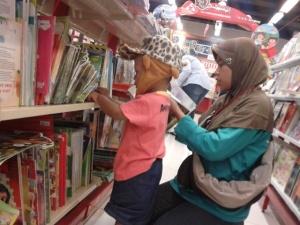 Punya hobi yang sama, ngubek-ngubek toko buku