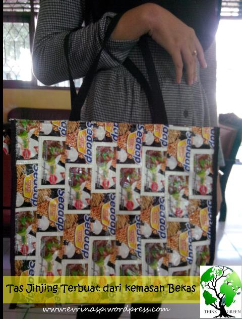 Tas dari kemasan bekas oleh Ibu Erna