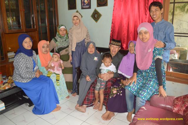 Saya dan Keluarga di Cianjur, Emah disebelah kiri saya