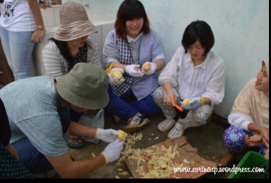 Mahasiswa Jepang sedang belajar mengupas ubi, katanya kalau di Jepang tak ada yang beginian karena sudah menggunakan teknologi semua